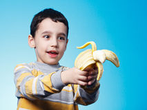 Menino com banana fotos de stock