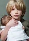 Menino com bebê recém-nascido fotografia de stock