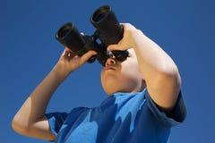 Menino com binóculos Foto de Stock Royalty Free