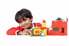 Menino com blocos de apartamentos Fotografia de Stock Royalty Free