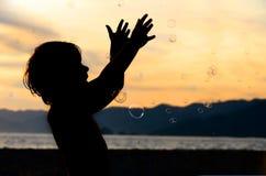 Menino com bolhas Foto de Stock Royalty Free