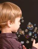 Menino com bolhas Fotografia de Stock Royalty Free
