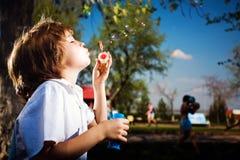 Menino com bolhas de sabão Imagem de Stock Royalty Free
