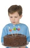Menino com bolo de aniversário Fotografia de Stock