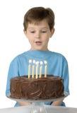 Menino com bolo de aniversário Foto de Stock Royalty Free