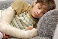 Menino com braço quebrado Fotografia de Stock Royalty Free