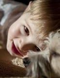 Menino com cão Fotos de Stock
