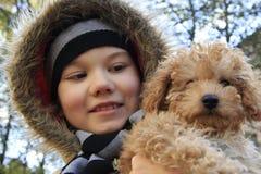 Menino com cão pequeno Foto de Stock Royalty Free