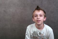 Menino com cabelo spiky fotografia de stock royalty free