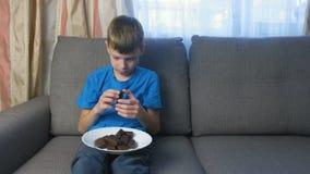 Menino com caráter Olhares adolescentes em doces Conceito de comer insalubre filme
