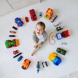Menino com carros do brinquedo Fotografia de Stock