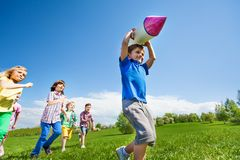 Menino com corrida do brinquedo e das crianças da caixa do foguete Imagem de Stock Royalty Free
