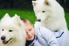 Menino com dois cães Fotografia de Stock Royalty Free