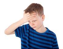 Menino com dor de cabeça fotografia de stock