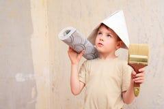 Menino com escova e rolo do papel de parede no chapéu do papper imagens de stock