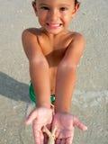 Menino com escudo do mar Foto de Stock