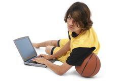 Menino com esfera e computador portátil da cesta Fotos de Stock