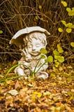 Menino com estátua do guarda-chuva Fotografia de Stock Royalty Free