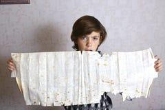 Menino com a folha armênia do lavash fotografia de stock