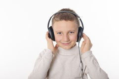 Menino com fones de ouvido Imagens de Stock Royalty Free