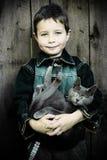 Menino com gato Imagens de Stock Royalty Free