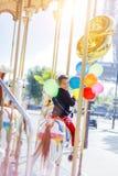 Menino com grupo de balões coloridos no carrossel em Paris Fotografia de Stock
