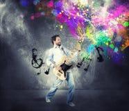 Menino com guitarra-baixo Fotos de Stock Royalty Free
