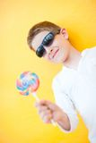 Menino com lollipop Fotografia de Stock Royalty Free