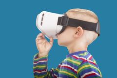 Menino com máscara para ver a realidade virtual Fotografia de Stock Royalty Free