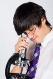 Menino com microscópio foto de stock