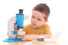 Menino com microscópio Fotografia de Stock