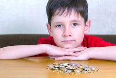 Menino com moedas fotografia de stock