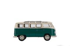 Menino com o brinquedo do carro na cama imagem de stock royalty free