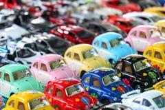 Menino com o brinquedo do carro na cama Foto de Stock