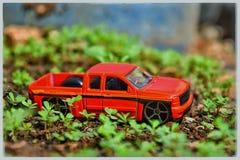 Menino com o brinquedo do carro na cama Foto de Stock Royalty Free