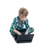 Menino com o portátil em um fundo branco Imagens de Stock Royalty Free