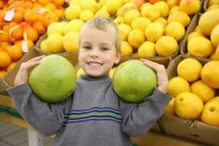 Menino com os citrinos Foto de Stock Royalty Free