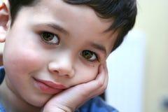menino com os olhos marrons grandes Fotos de Stock