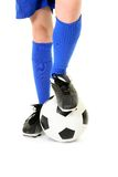 Menino com pé na esfera de futebol Fotos de Stock