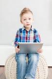 Menino com PC da tabuleta Foto de Stock
