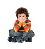 Menino com sete anos de assento velho no pensamento branco do assoalho Fotografia de Stock