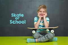 Menino com skate e administração da escola com PATIM OU ESCOLA do texto Fotos de Stock Royalty Free