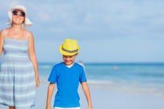 Menino com sua mãe na praia Fotos de Stock Royalty Free