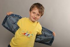 Menino com t-shirt amarelo Foto de Stock Royalty Free