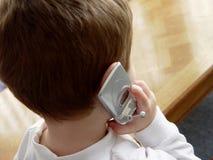 Menino com telefone de pilha Fotos de Stock