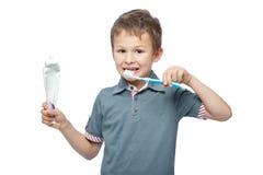 Menino com toothbrush foto de stock