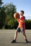 Menino com um basquetebol foto de stock royalty free