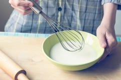 Menino com um batedor de ovos Foto de Stock
