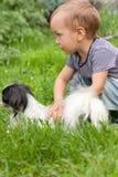 Menino com um cão. Foto de Stock Royalty Free