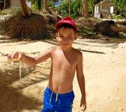 Menino com um caranguejo Foto de Stock Royalty Free